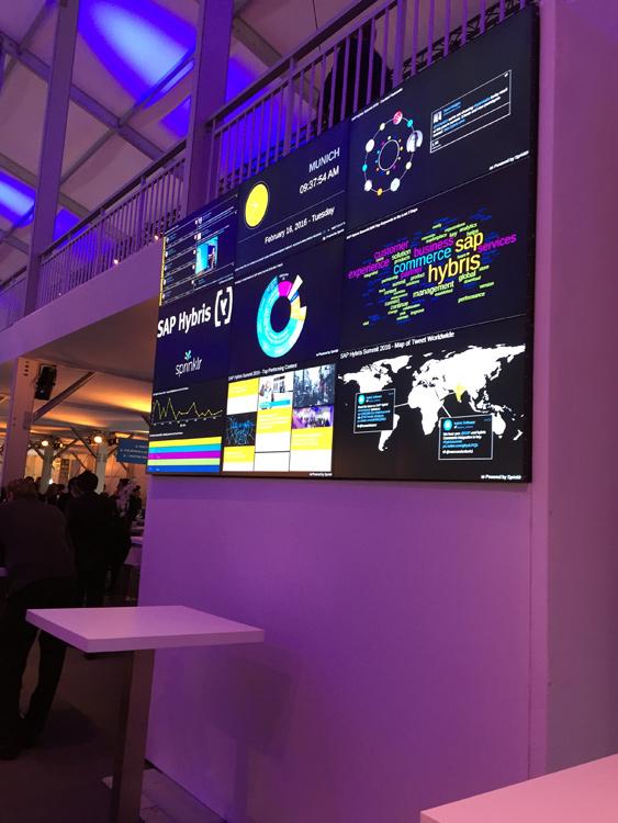Au cœur de l'Open Space du Summit: des écrans dynamiques bombardant en temps réel informations, tweets, mots-clés à succès, etc.