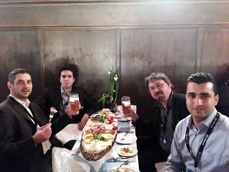 Nous étions 5 à Munich (participation record de DECADE). Lors de la soirée partenaires, on voit ici de gauche à droite Martial, Amine, Jérome et Aymen Mnaja. Gérard prend la photo